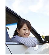 車によった微笑む女性